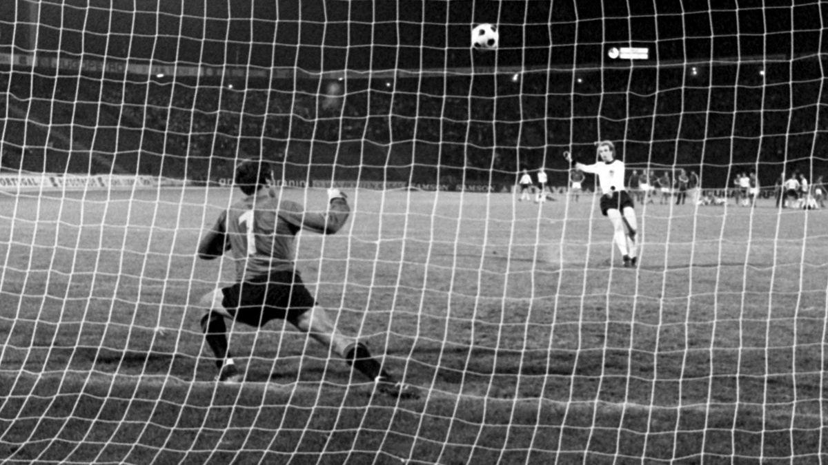 Uli Hoeneß beim Elfmeter 1976