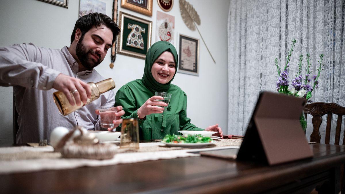 Ein muslimisches Paar in Deutschland während des Fastenbrechens im Ramadan. Gesellschaft gibt es in Corona-Zeiten nur über Videokonferenzen.