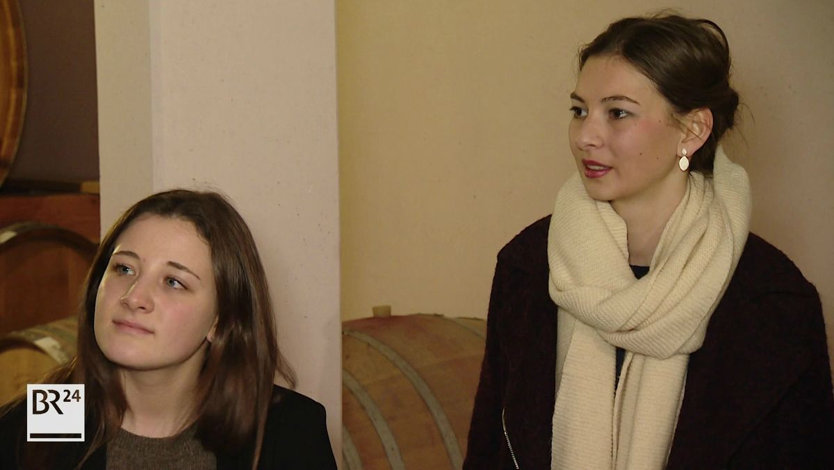 Zwei der vier Bewerberinnen, die Fränkische Weinkönigin 2020 werden möchten.