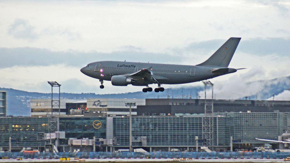 Ein Flugzeug der Luftwaffe bei einer Rückholungsaktion   Bild:picture alliance / Wolfgang Minich