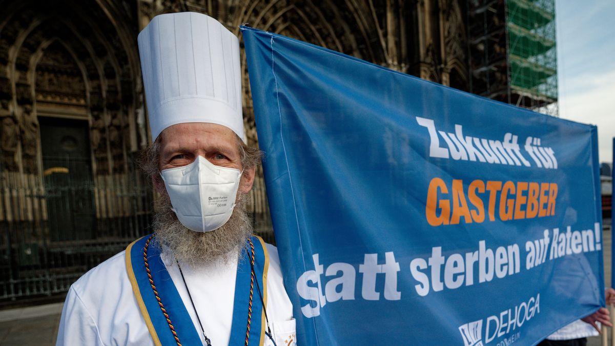 """Ein Teilnehmer des Aktionstages der Dehoga hält ein Transparent mit der Aufschrift """"Zukunft für Gastgeber, statt sterben auf Raten"""""""