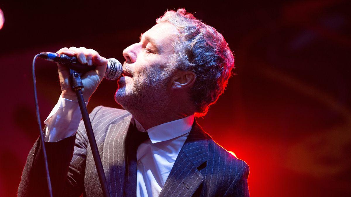 Der Anzug tragende Musiker Baxter Dury singt mit geschlossenen Augen ins Mikrofon