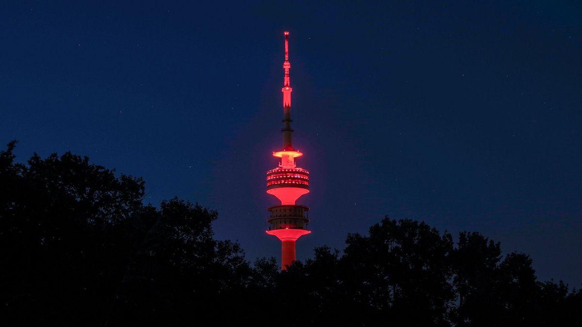 Olympiaturm in München leuchtet rot