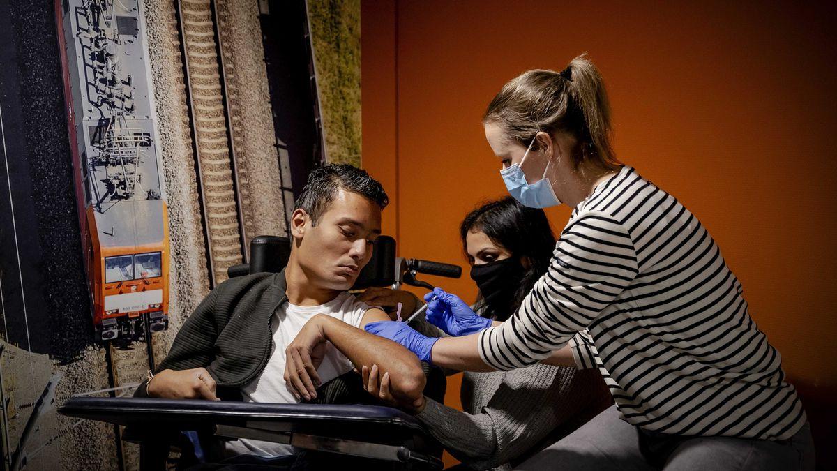 Ein junger Mann mit Behinderung erhält den Corona-Impfstoff.