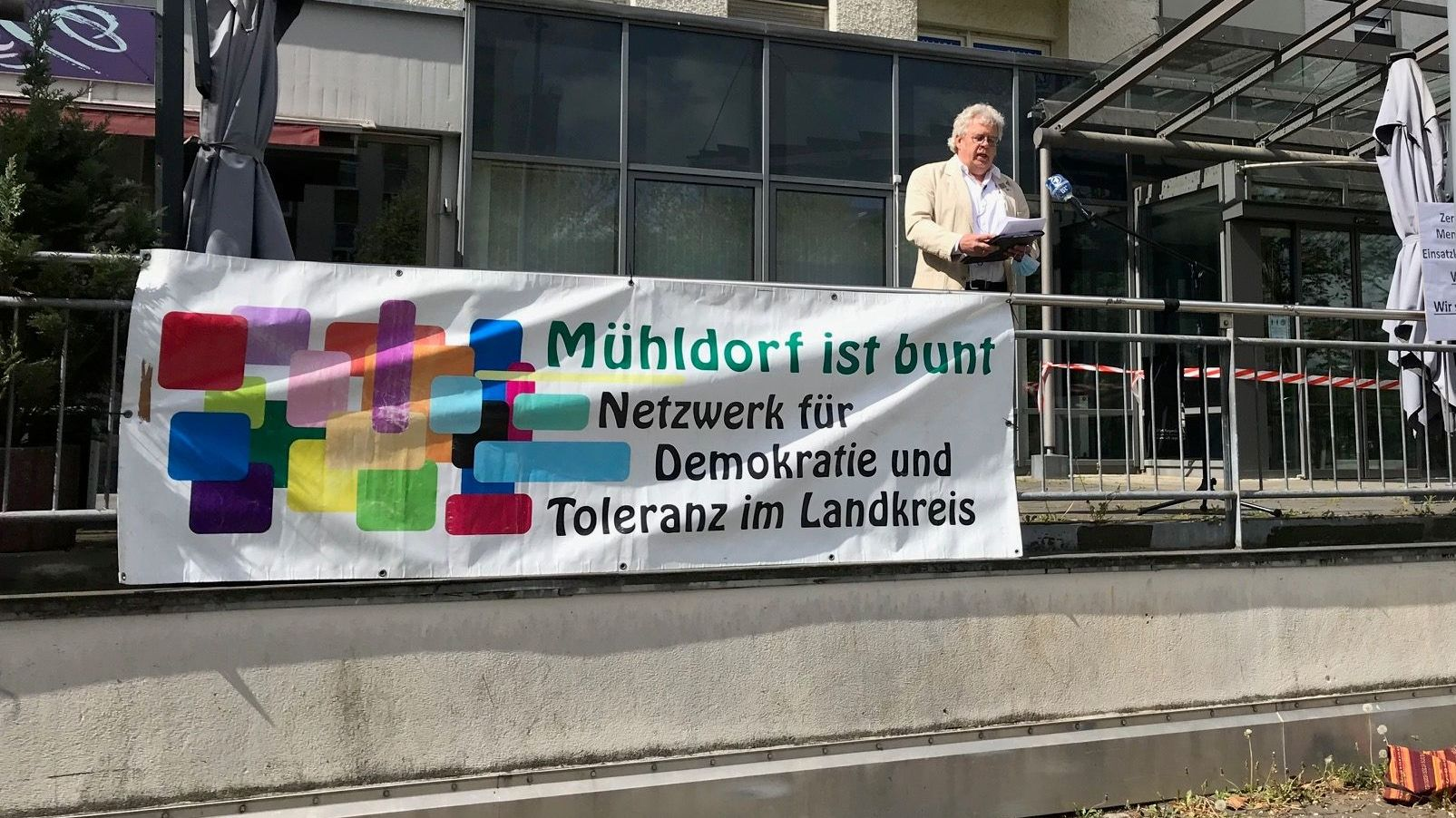 """Hartmuth Lang vom Netzwerk """"Mühldorf ist bunt e.V."""" am 02.05.2020 bei der Solidaritätskundgebung in Waldkraiburg."""