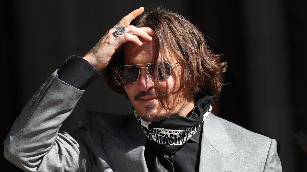 Der Schauspieler fasst sich in die Haare