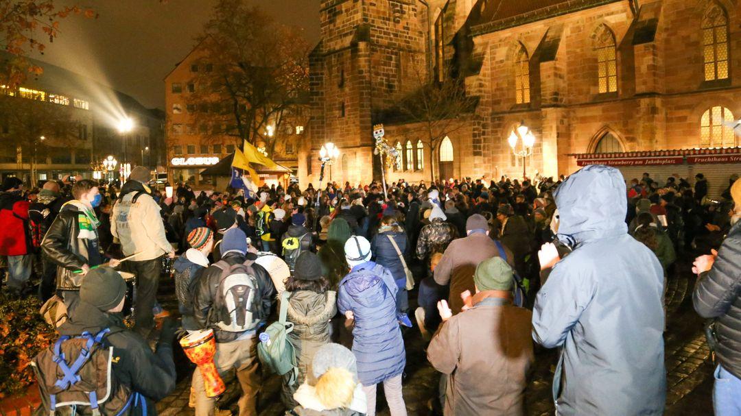 Zahlreiche Menschen nehmen in der Nürnberger Innenstadt an einer Demonstration gegen die Corona-Maßnahmen teil.