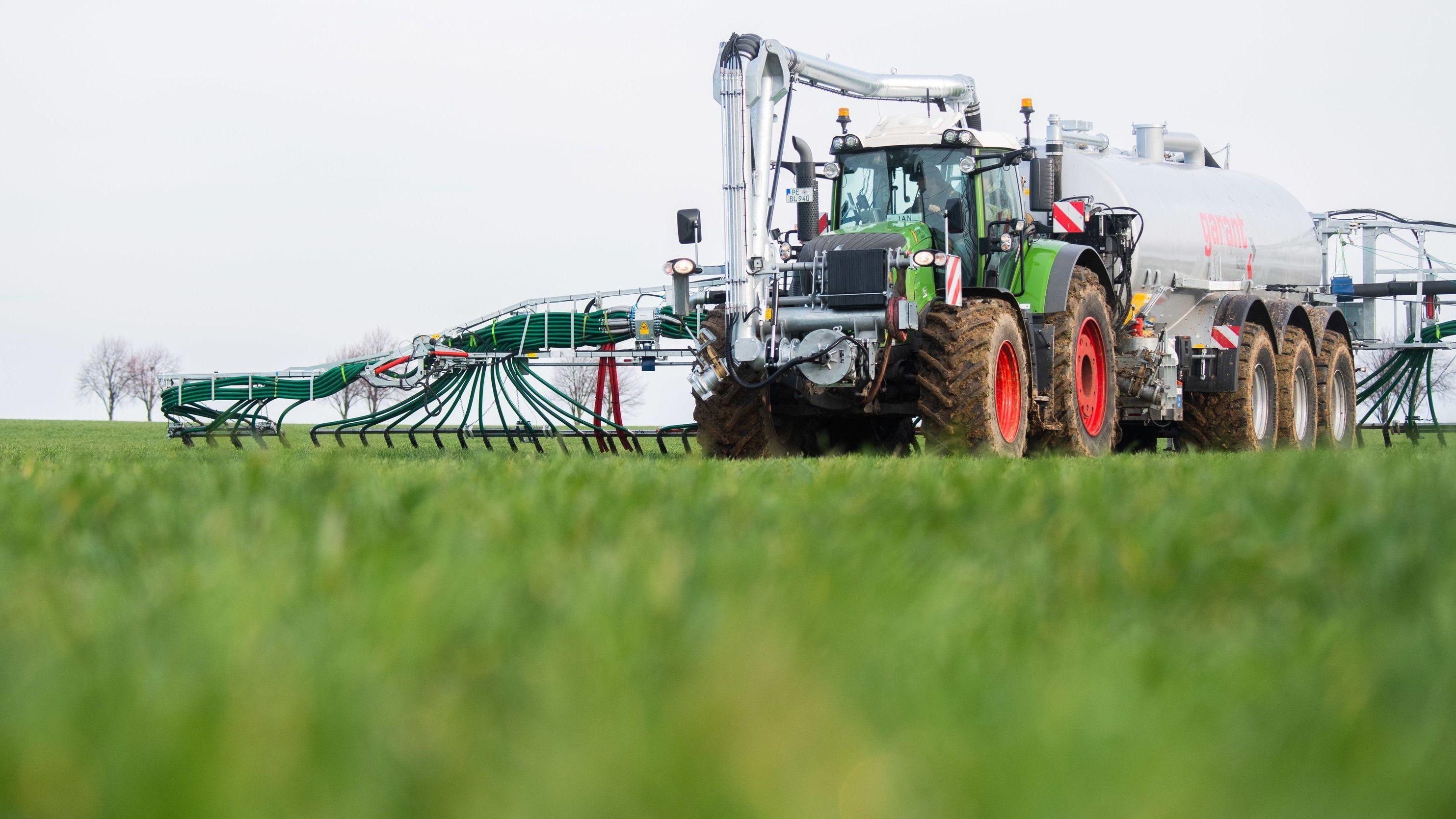 Ein Landwirt düngt mit Gärresten aus einer Biogasanlage ein Feld.