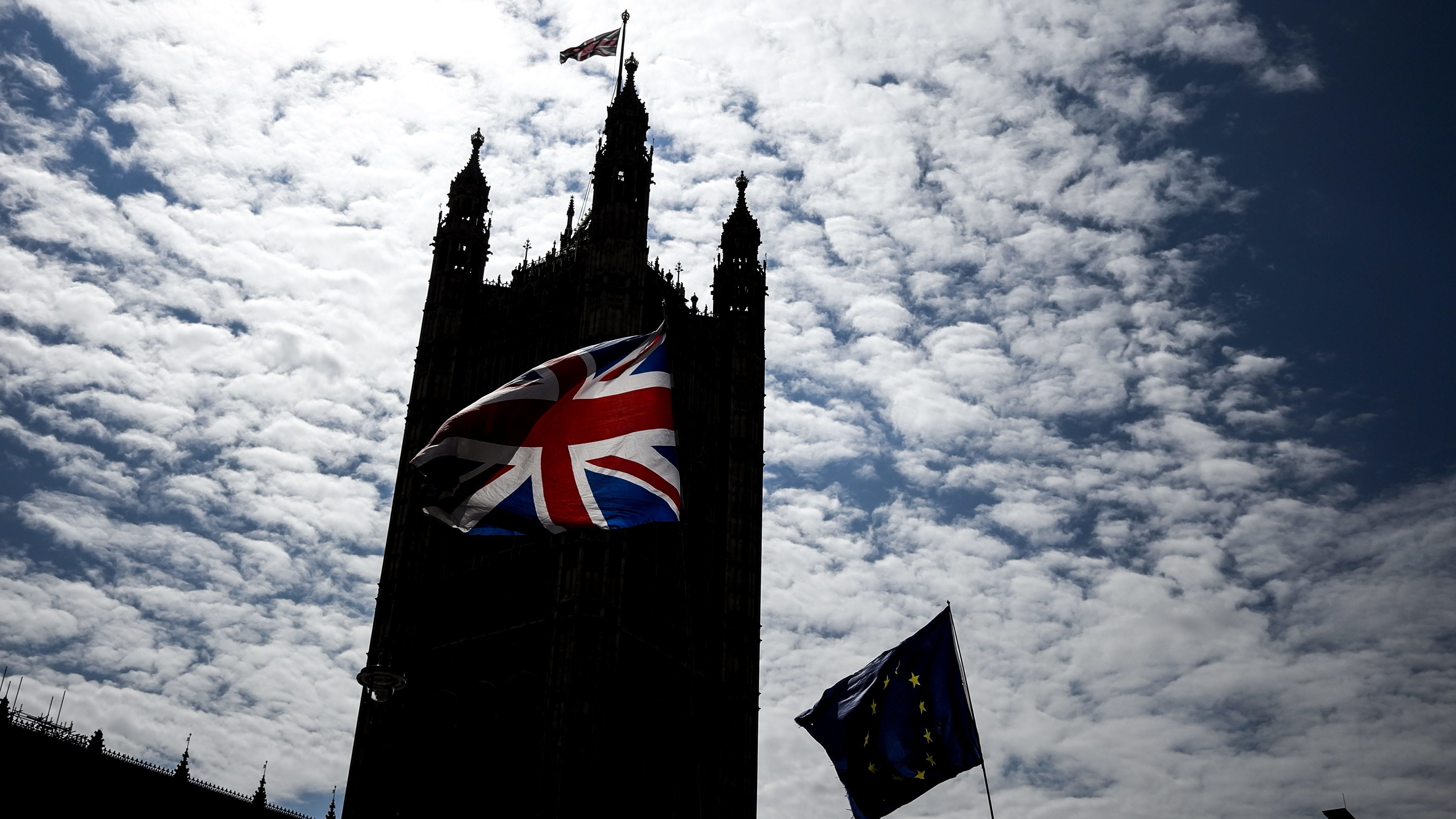 Britische- und EU-Flagge vor dem britischen Parlament