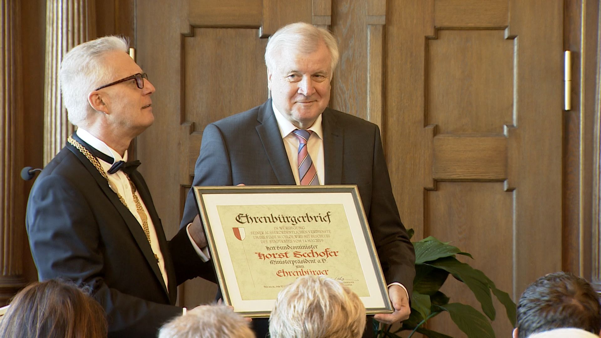 Horst Seehofer (rechts) ist jetzt Ehrenbürger der Stadt Buchloe.