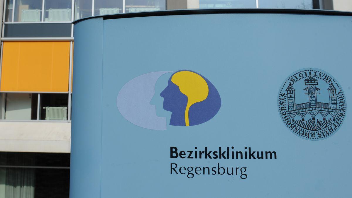 Hinweisschild am Bezirksklinikum in Regensburg.