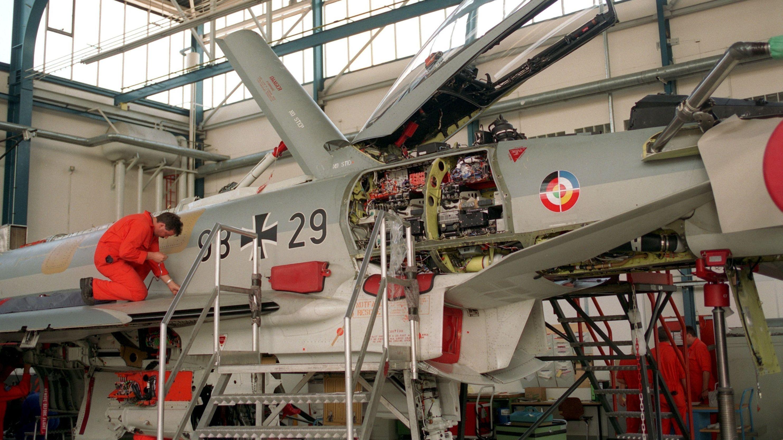 Montage eines Eurofighter in Manching