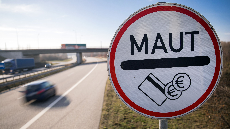 Verkehrsschild Maut steht an Straßenrand