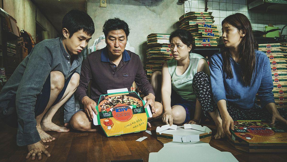 Die arbeitslose Familie Kim (Choi Woo Shik, Song Kang Ho, Chang Hyae Jin, Park So Dam) kommt gerade so über die Runden.