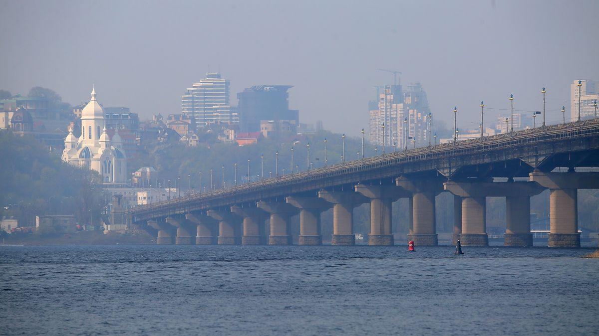 Die Paton-Brücke in Kiew ist vom Rauch des Feuers in Tschernobyl umgeben.