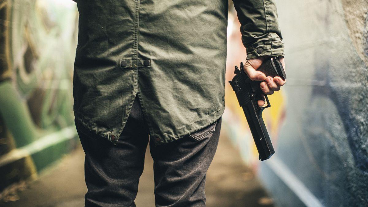 Mann mit Schusswaffe (Symbolbild)