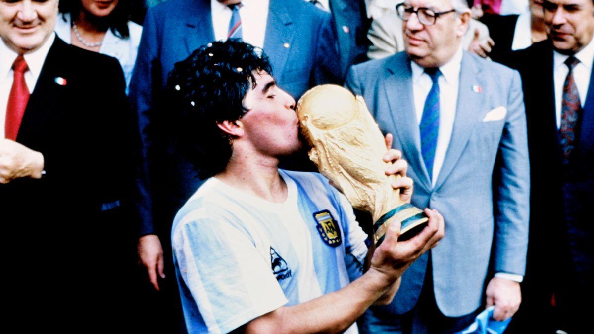 Diego Maradona 1986 mit dem WM-Pokal