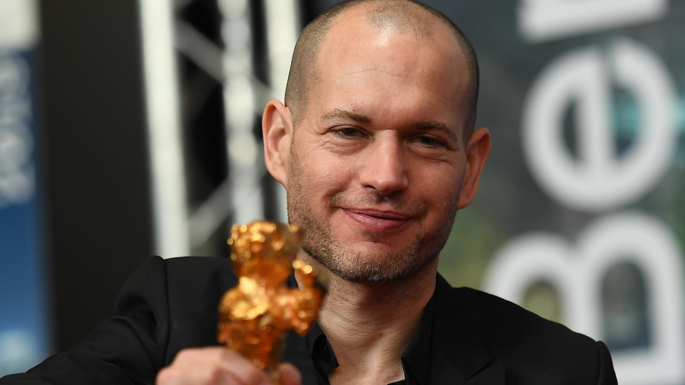 Gewinner des Goldenen Bären: Nadav Lapid hält den Bären in die Kamera.
