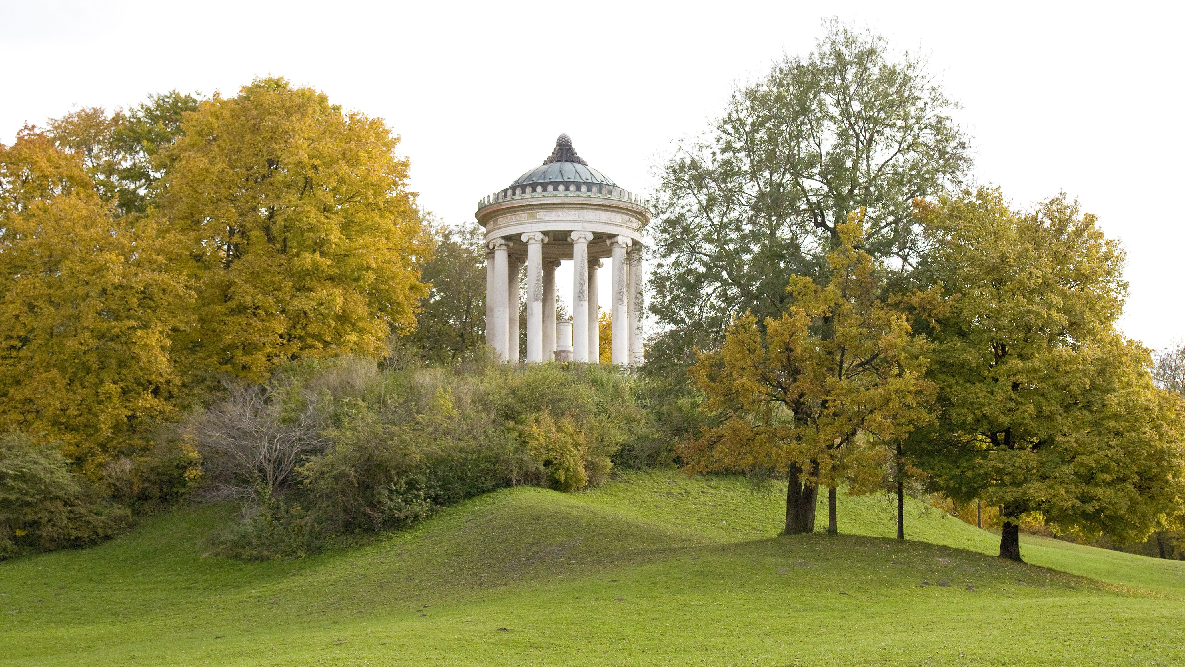 Monopteros (kleiner Tempel auf einem Hügel) im Englischen Garten zwischen Herbstbäumen