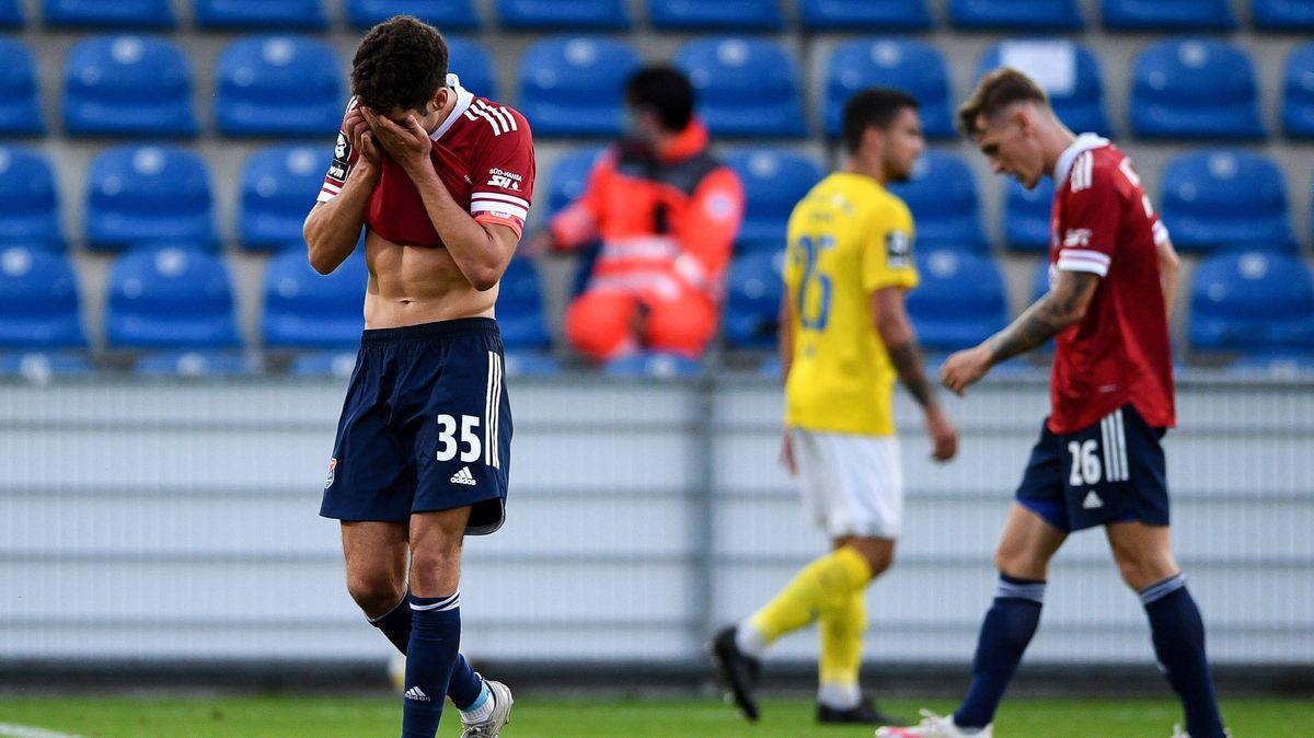 Enttäuschte Unterhaching-Spieler nach dem Match gegen Jena