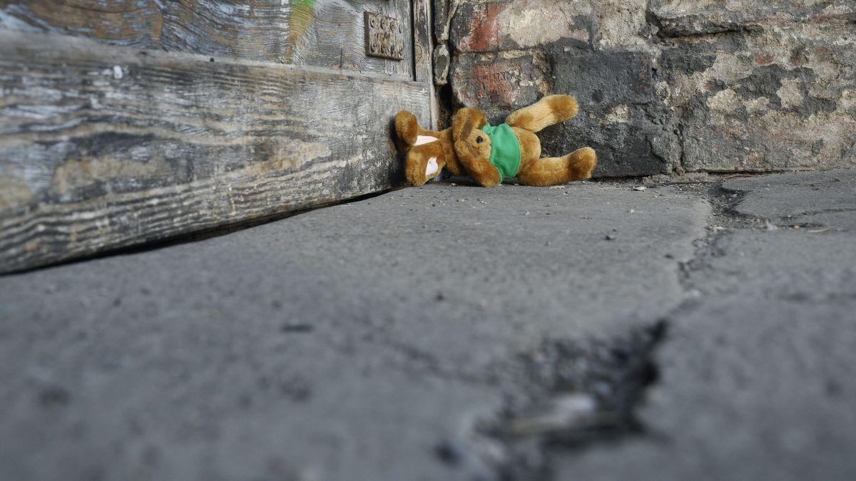 Stofftier liegt auf der Straße (Symbolbild)