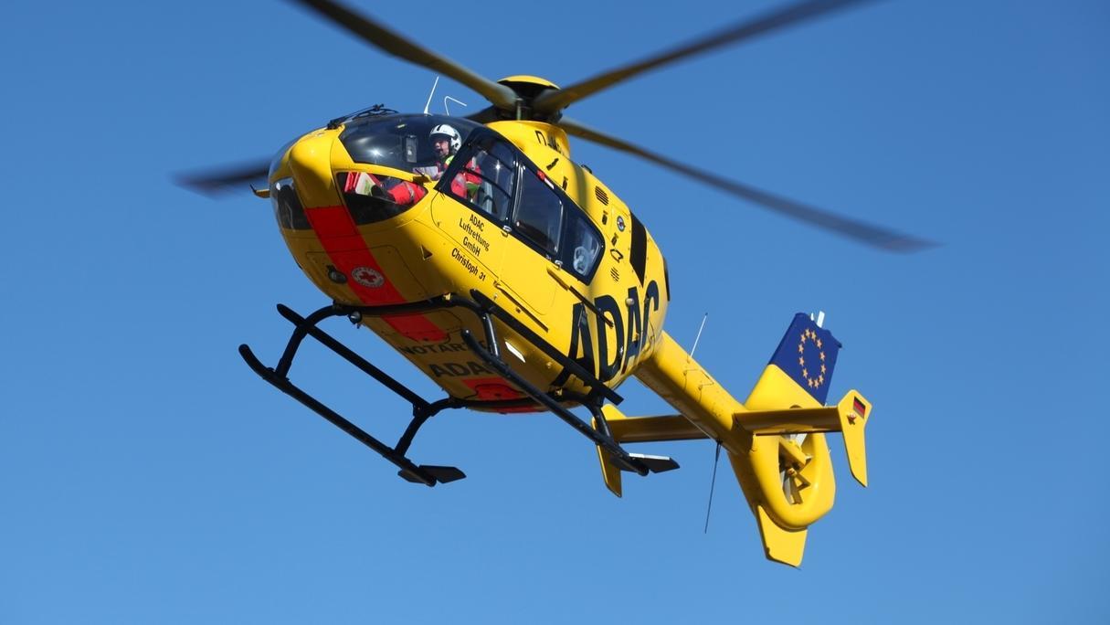 Ein gelber ADAC-Rettungshubschrauber in der Luft.