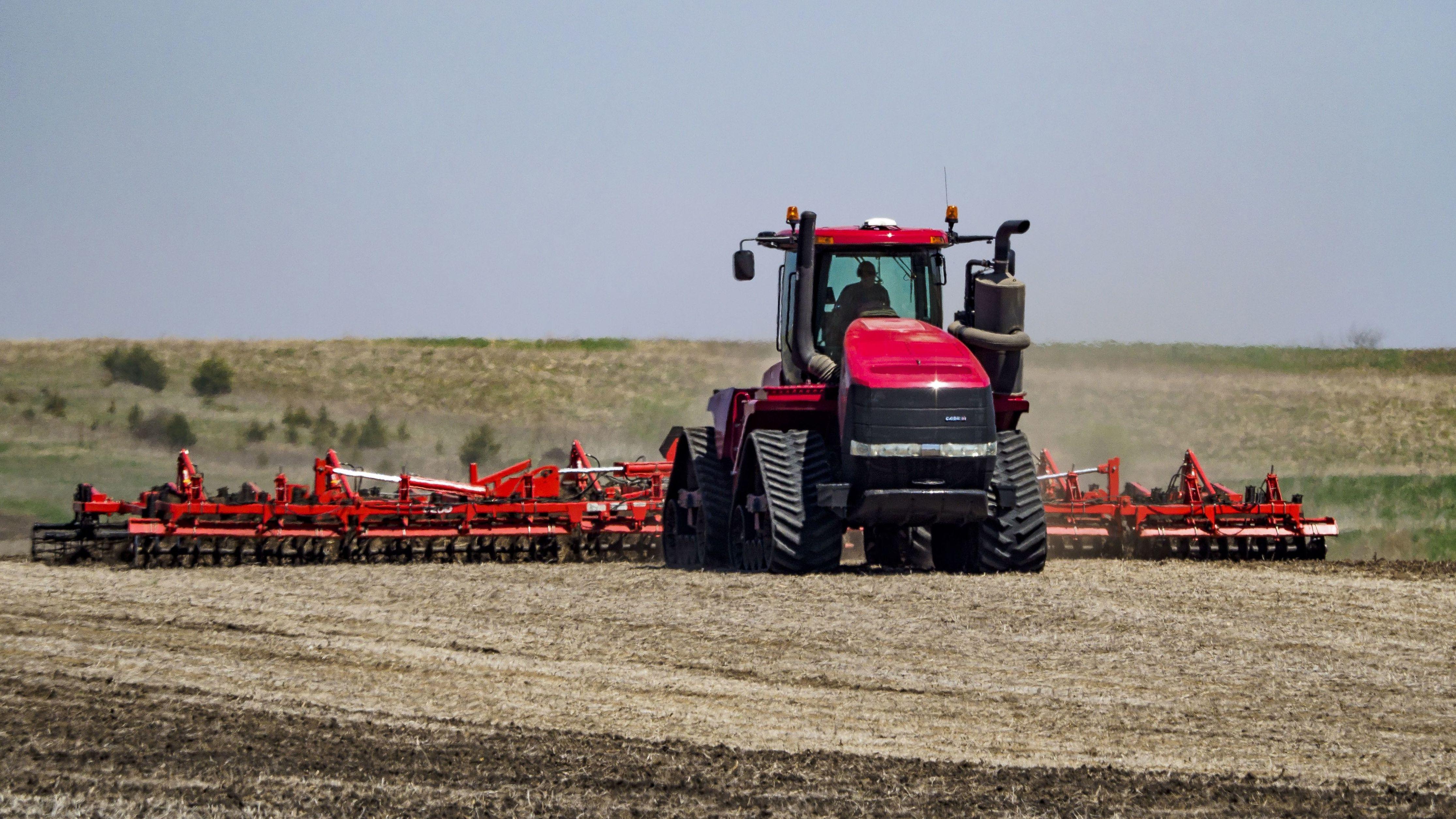 US-Farmer bestellt sein Feld