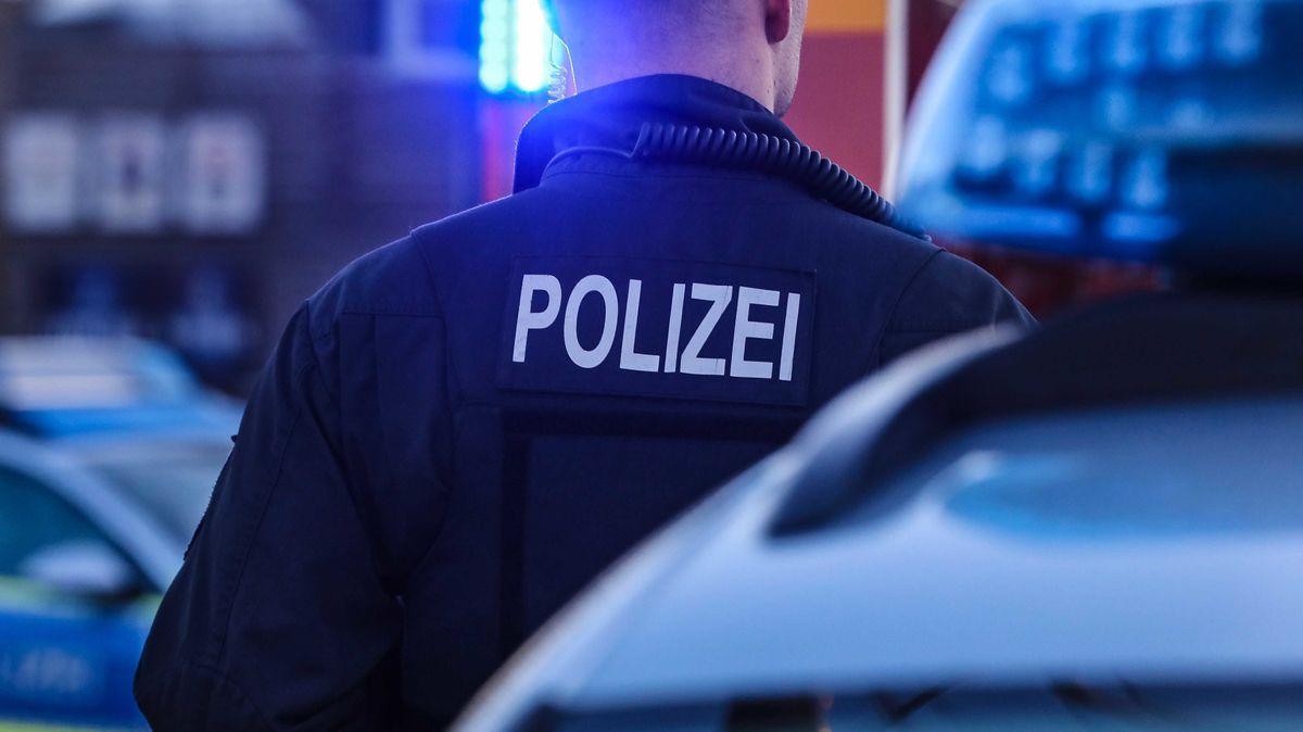 Ein Polizist in Uniform