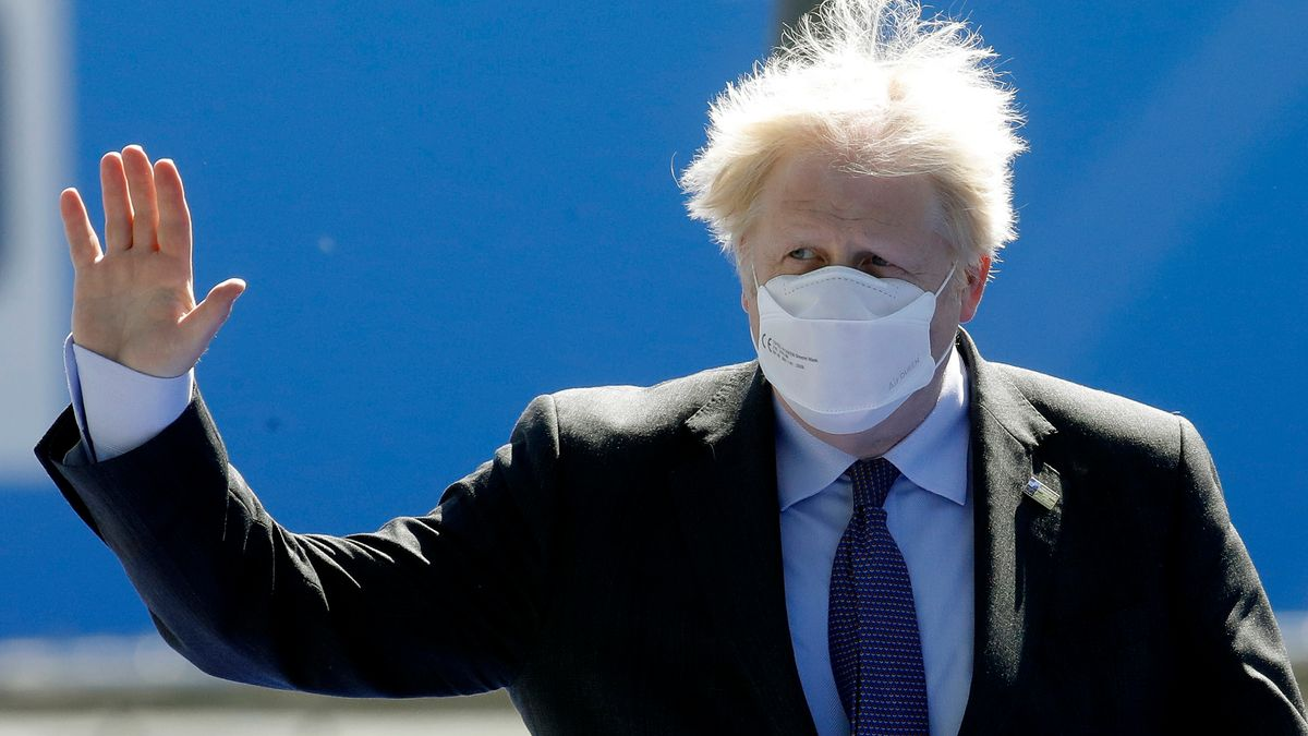 Boris Johnson mit Maske (Symbolbild)