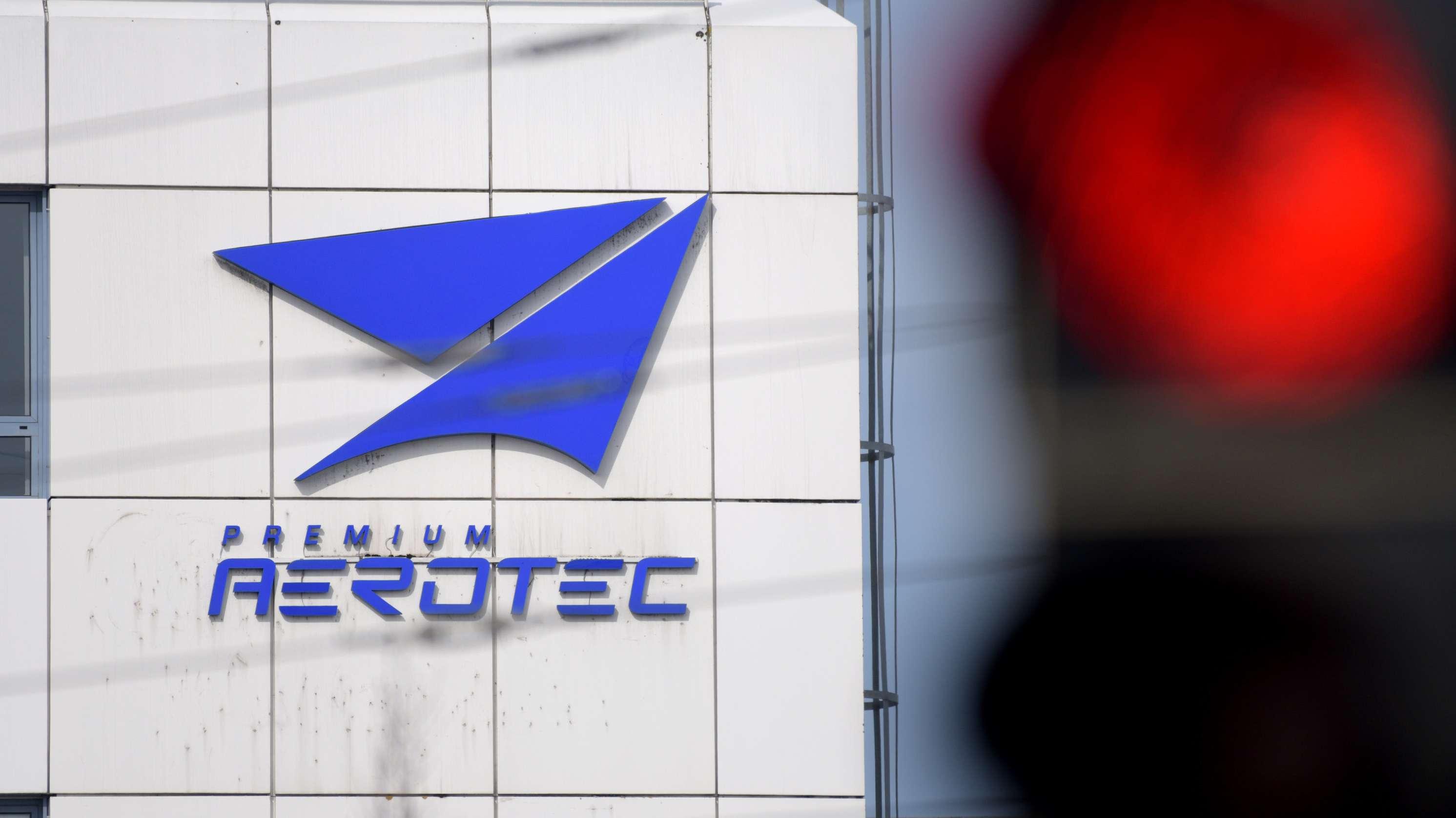 Ampel vor dem Werk des Flugzeugherstellers Premium Aerotec steht auf rot.