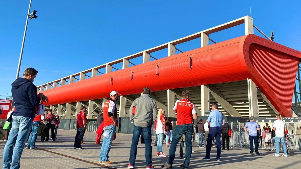 Fans vor dem Stadion des SSV Jahn Regensburg.
