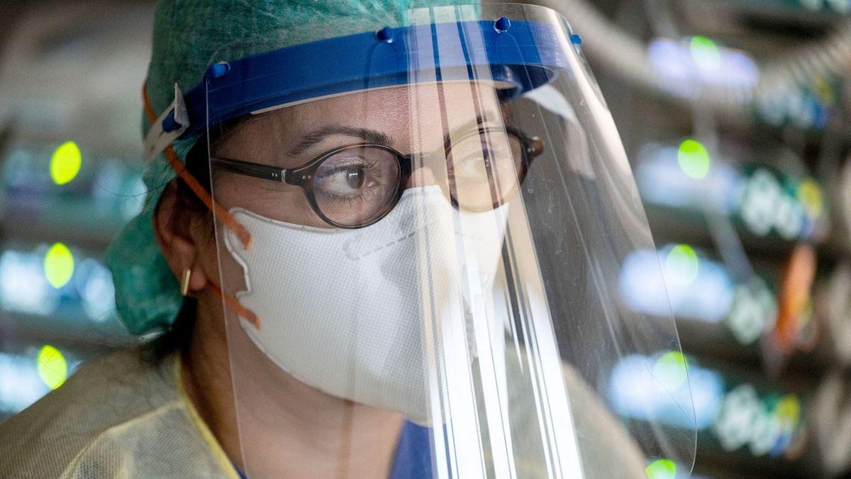 Pflegerin auf einer Covid-Intensivstation