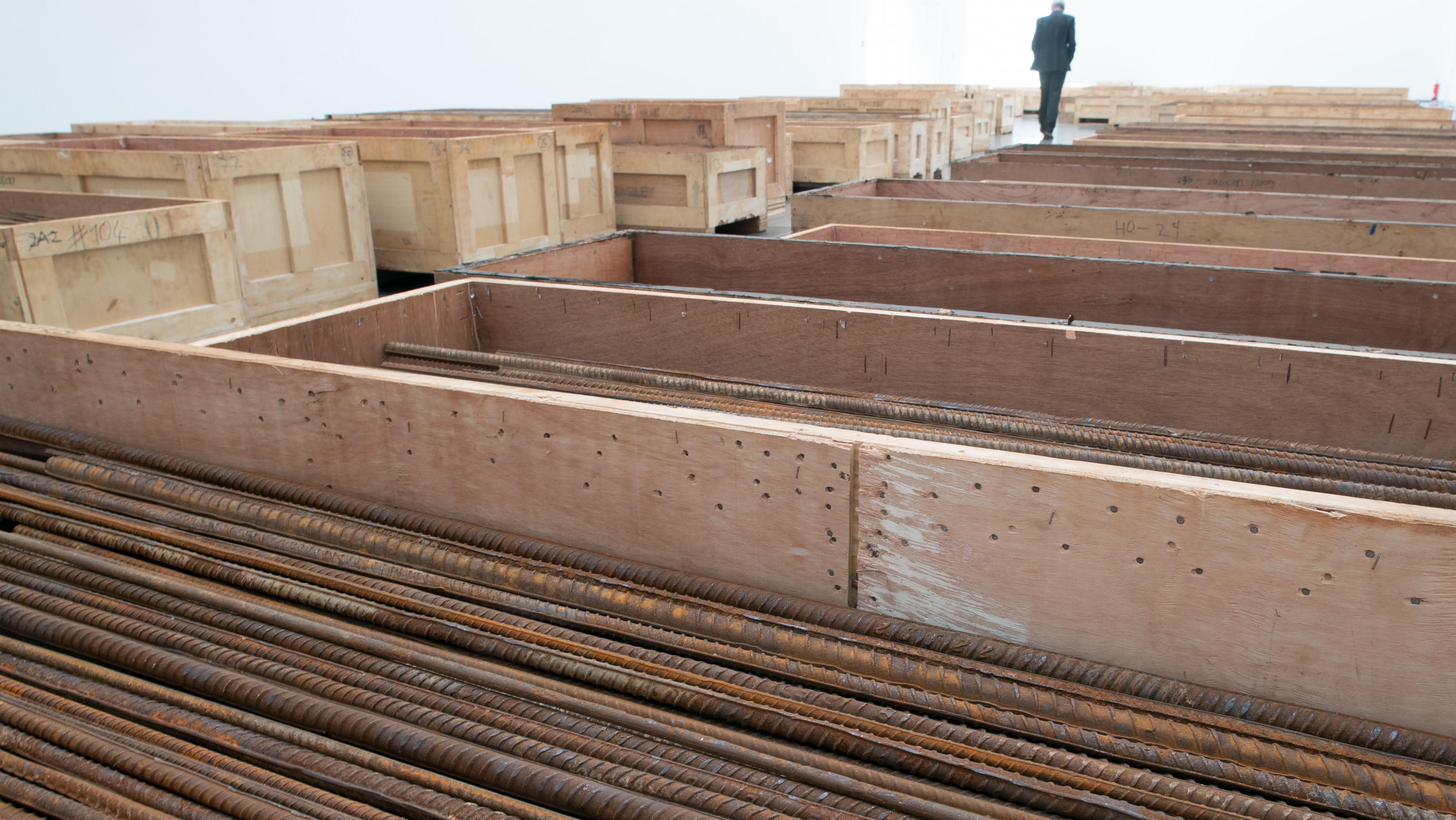 """Ein Besucher geht durch das Kunstwerk """"Straight"""" des chinesischen Künstlers Ai Weiwei aus den Jahren 2008-2012"""
