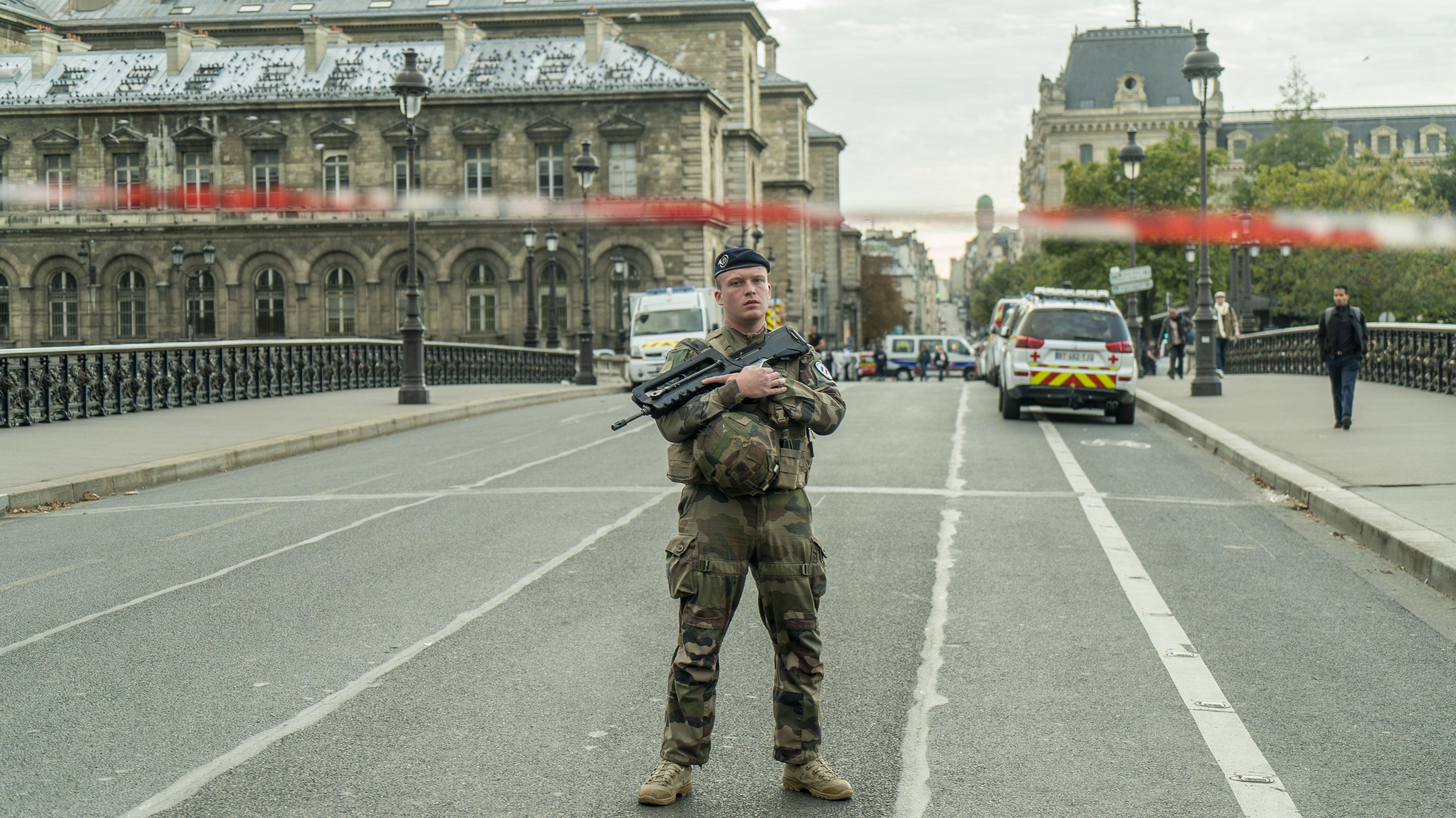 Ein Soldat überwacht eine versperrte Straße nahe der Pariser Polizeipräfektur