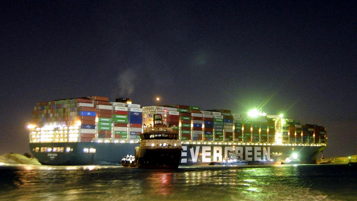 """Das 300 Meter lange Containerschiff """"Ever Given"""" im Suezkanal."""