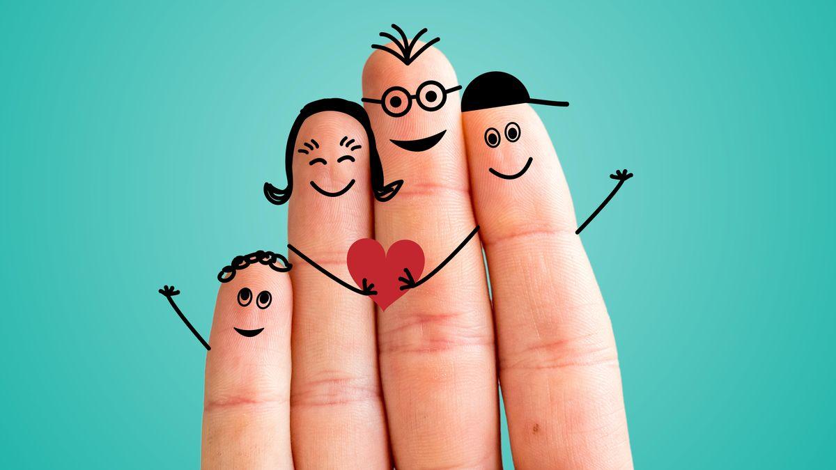 Mit glücklichen Gesichtern bemalte Finger.