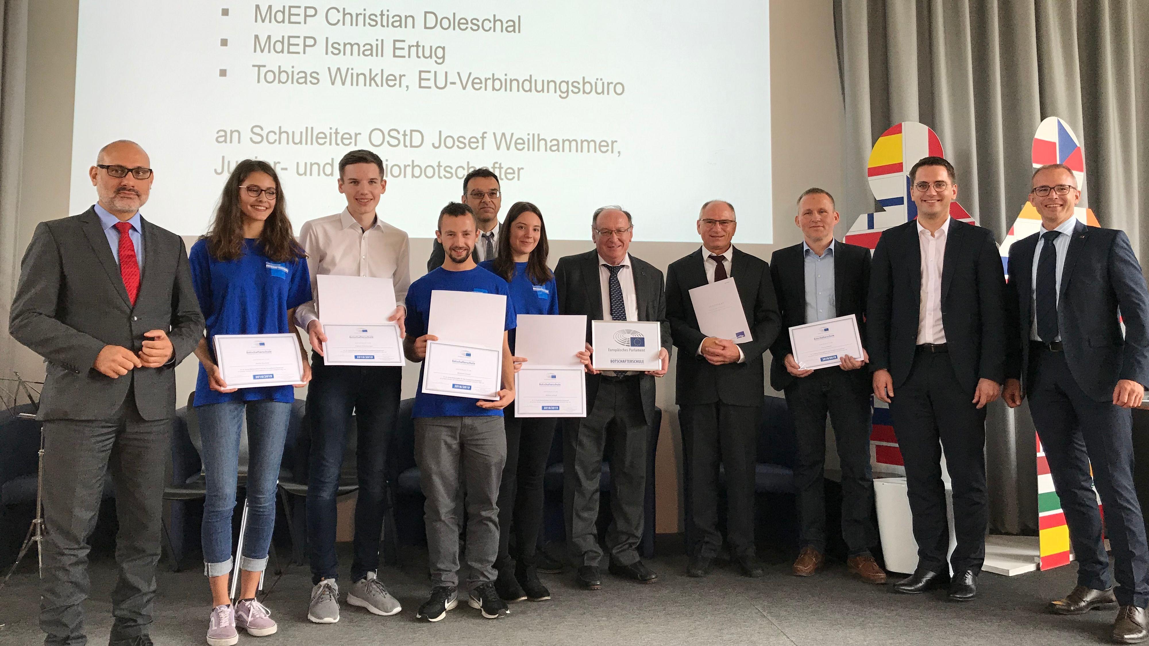 Zertifikatsverleihung an der Europa-Berufsschule in Weiden mit Ismail Ertug (links) und Christian Doleschal (2.v.r.)