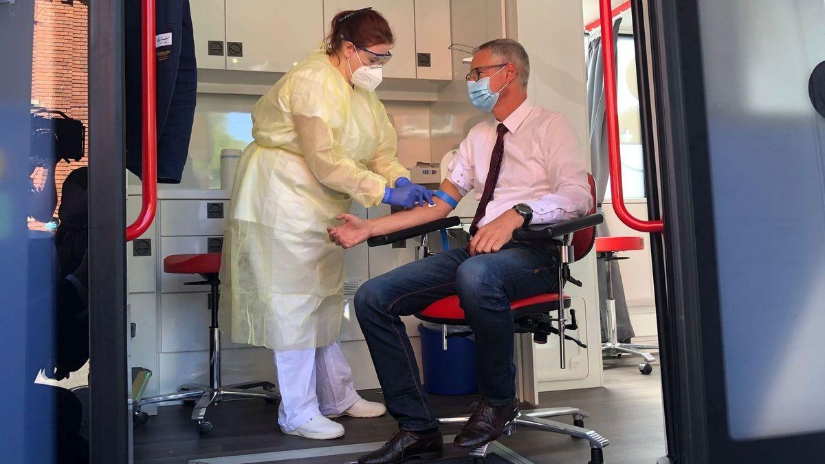 Straubings Oberbürgermeister Markus Pannermayr lässt sich für die RKI-Studie Blut abnehmen.