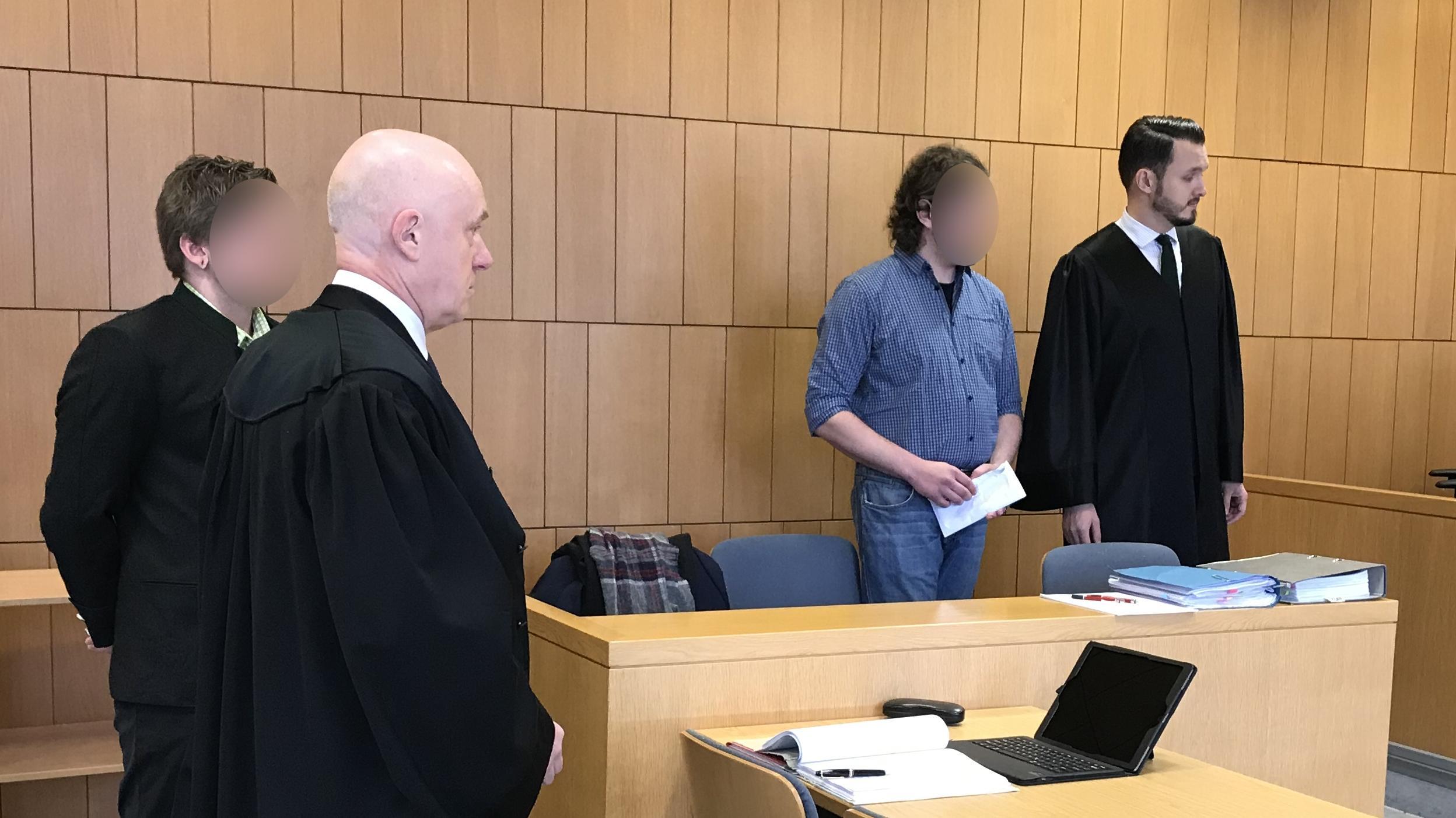 Die beiden Angeklagten mit ihren Verteidigern am ersten Prozesstag.