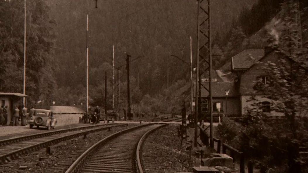 Eine historische Aufnahme von einem Bahnhof.