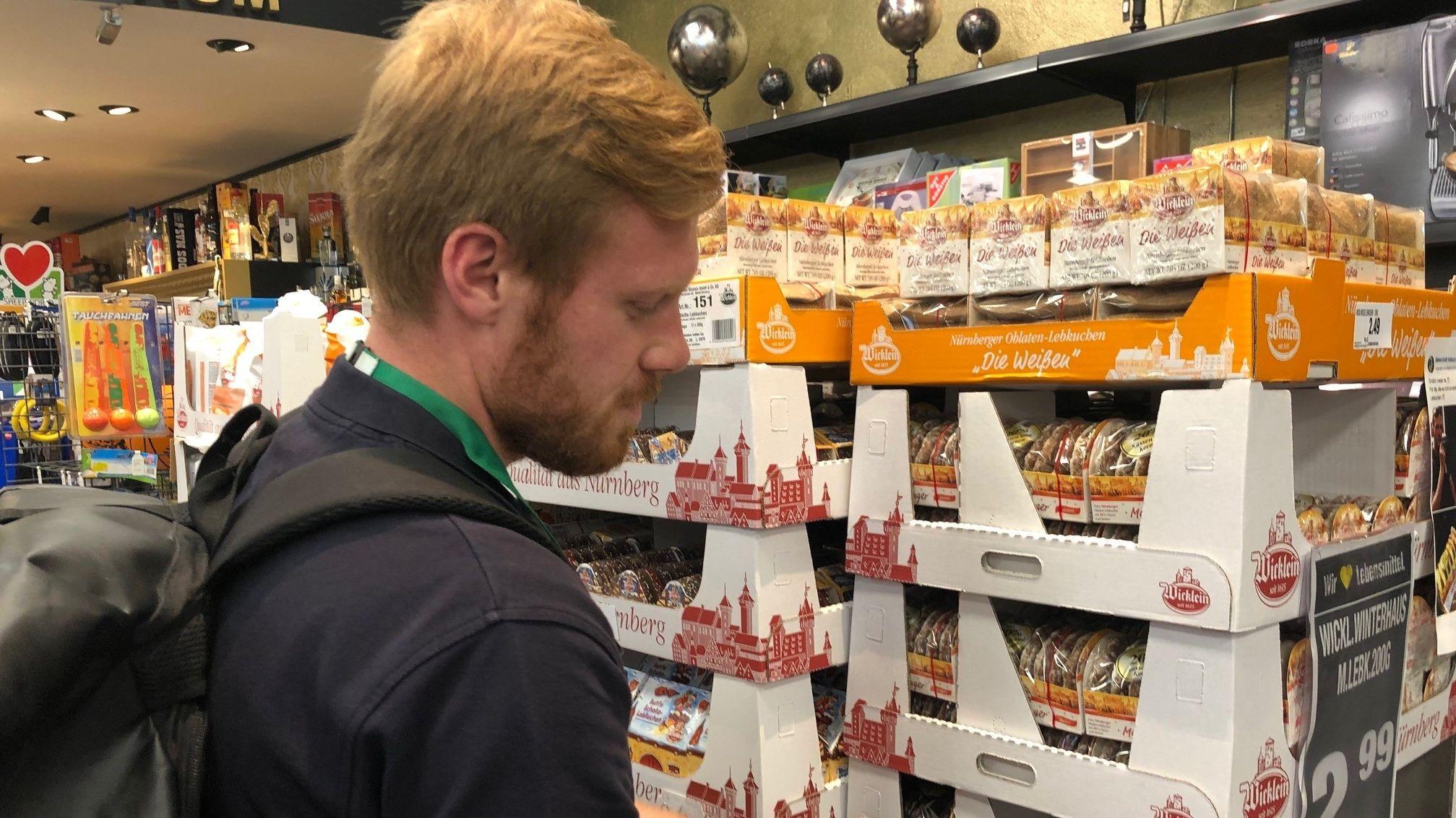 Kunde vor Lebkuchen bei einem Lebensmittelhändler in Volkach.