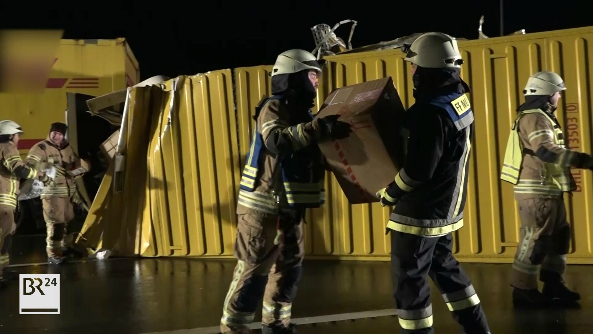Kräfte der Feuerwehr räumen Pakete von der Fahrbahn.