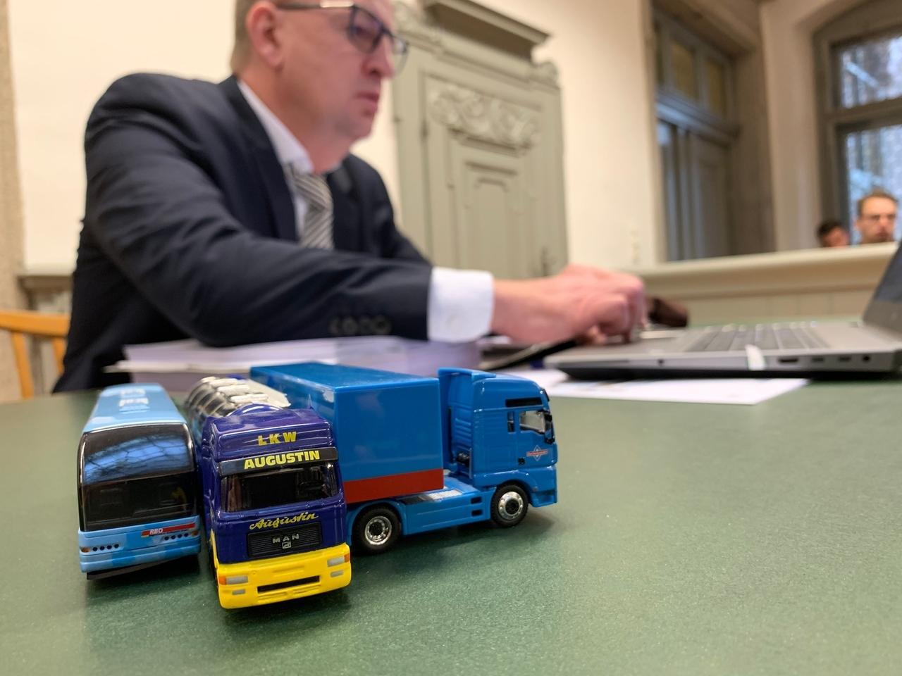 Gefährliches Überholmanöver auf B12: Freiheitsstrafe für Lkw-Fahrer