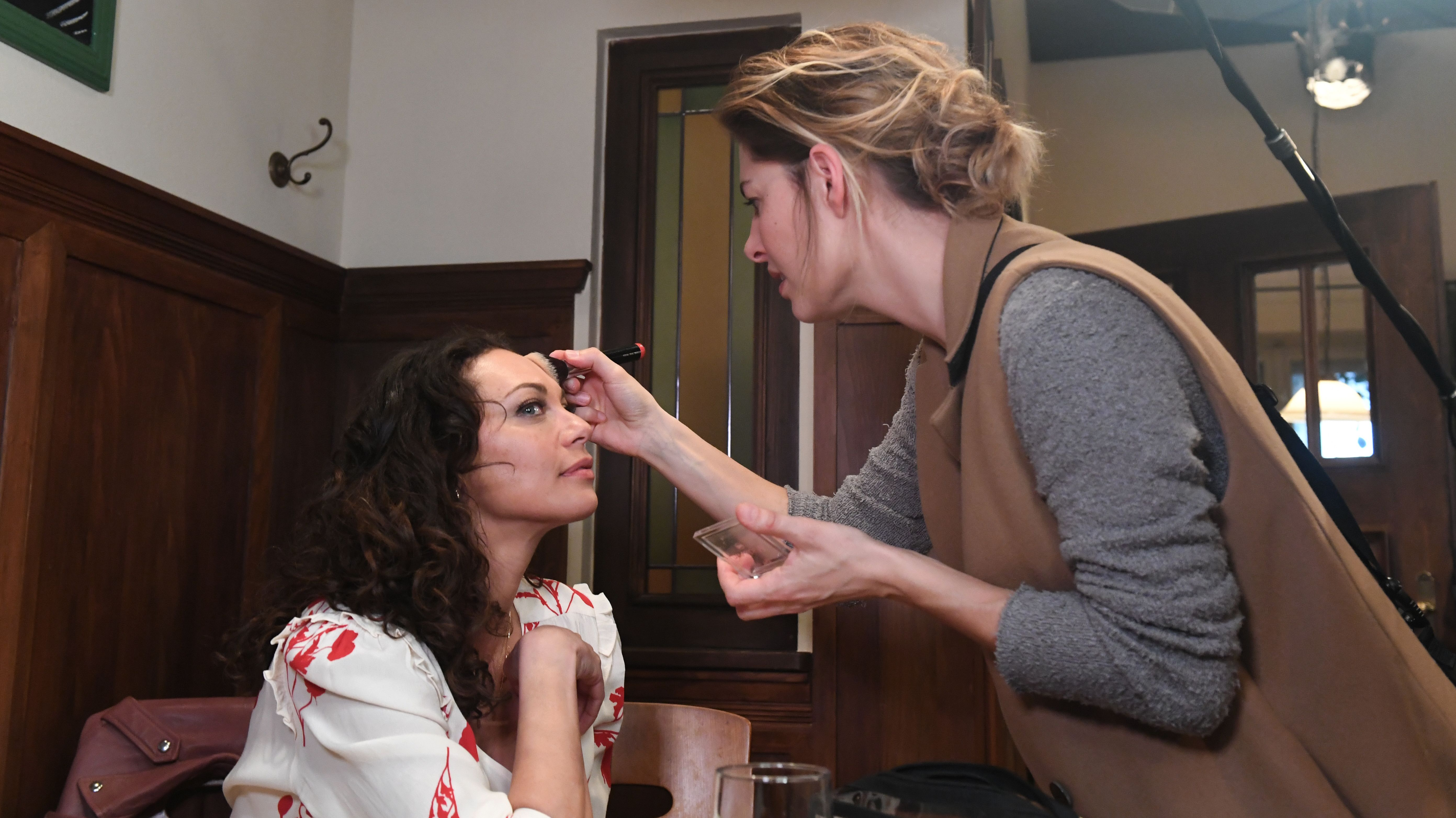 Während einer Drehpause wird Lilly Becker nachgeschminkt.