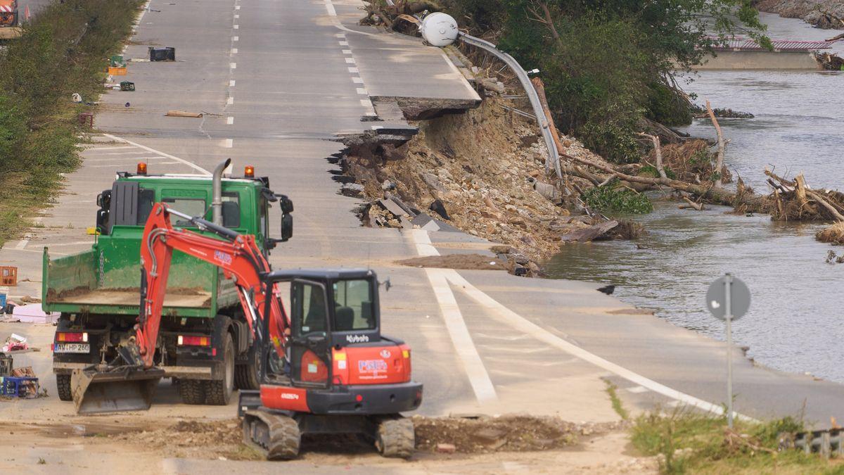 Bautrupps versuchen, die Bundesstraße 266 bei Bad Neuenahr wieder befahrbar zu machen