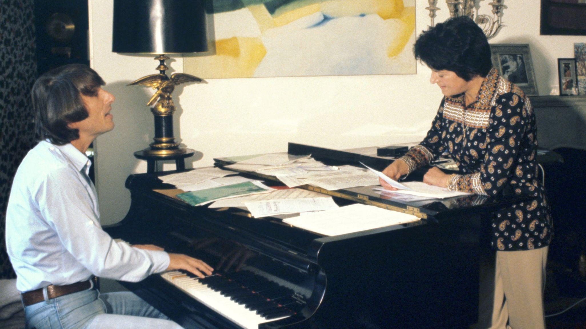 Die Schlager-Texterin Irma Holder probt mit dem österreichischen Sänger Udo Jürgens ein Musikstück. Holder ist im Alter von 93 Jahren in Gärtringen gestorben
