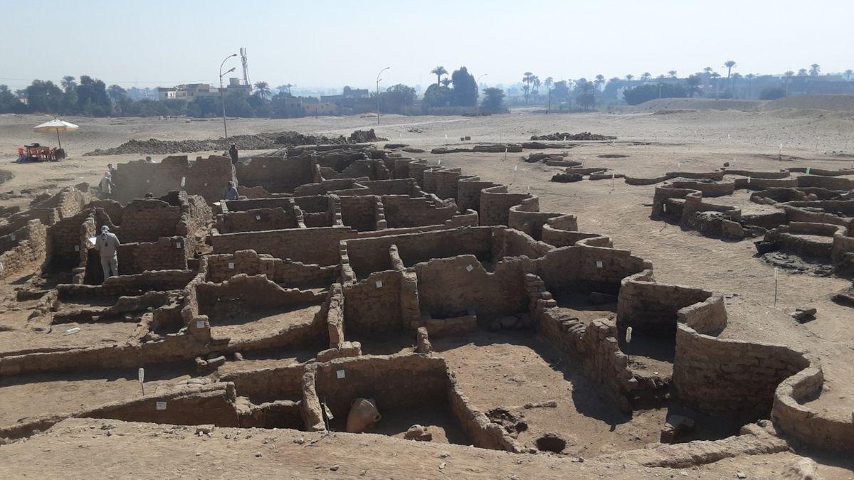 Geschwungene Mauer wird als Schutzbau interpretiert