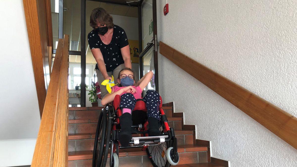 An der Grundschule Emmerting fehlt der Aufzug, damit Erstklässlerin Sarah alleine zum Unterricht gelangen kann.