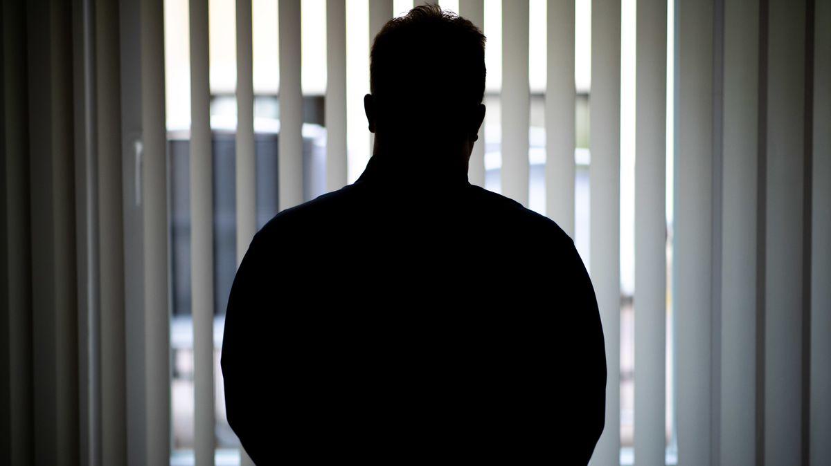 Silhouette eines Mannes an einem Fenster.