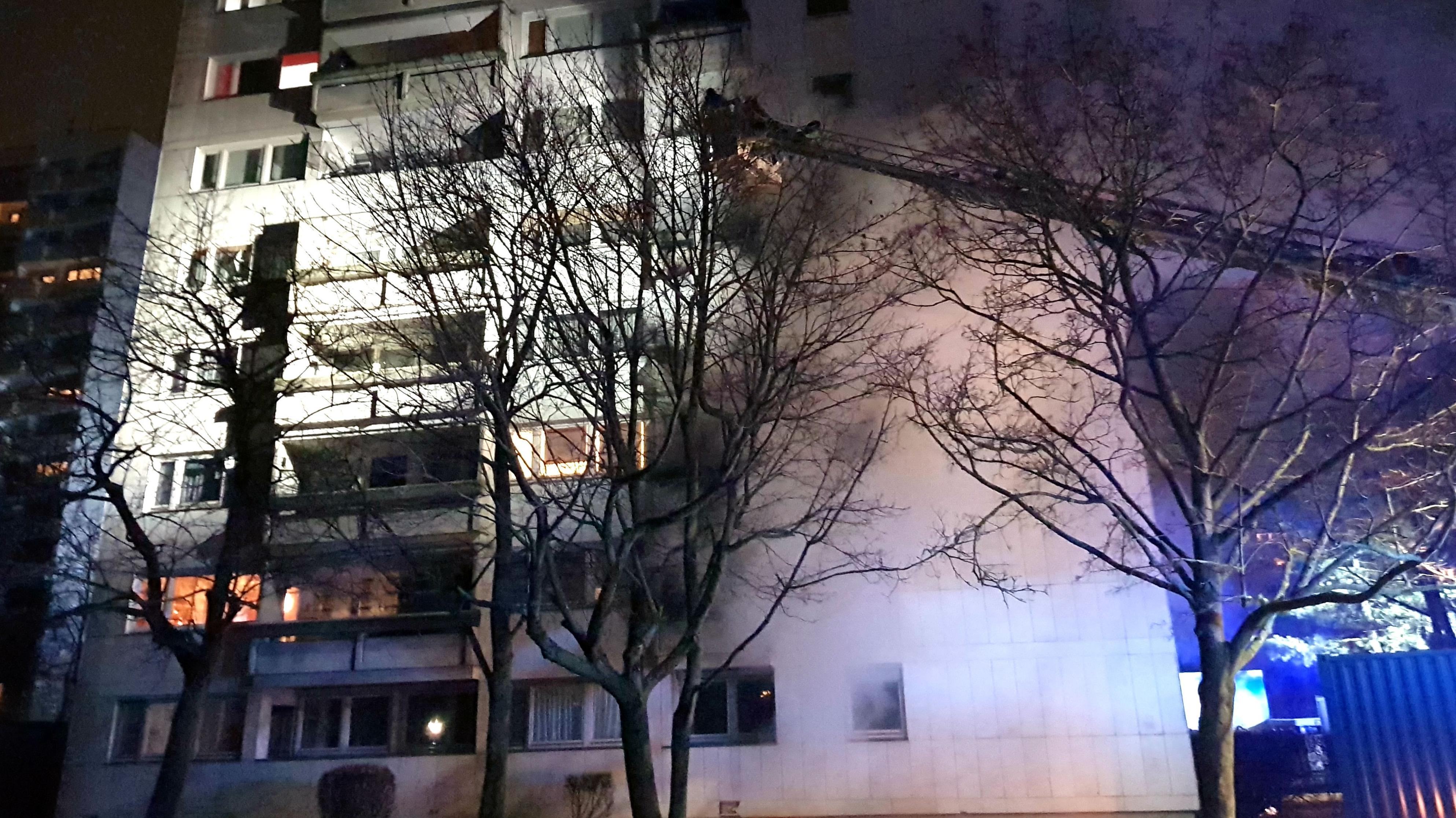 In Regensburg-Königswiesen brannte in der Silvesternacht der Balkon eines Hochhauses. Es gab keine Verletzten.